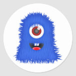 Un monstruo azul observado pegatina redonda