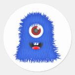 Un monstruo azul observado pegatinas redondas