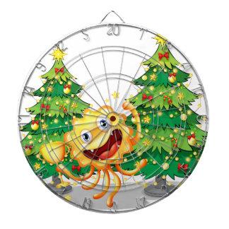 Un monstruo cerca de los árboles de navidad que