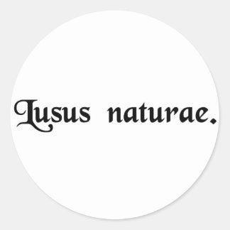 Un monstruo de la naturaleza etiqueta redonda