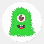 Un monstruo verde observado pegatina redonda