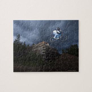 Un motorista de la montaña salta de una cabaña de  puzzles