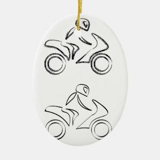 Un motorista en una moto con efecto del bosquejo adorno navideño ovalado de cerámica