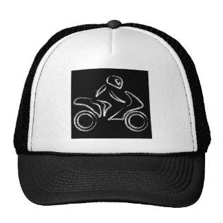 Un motorista en una moto gorras