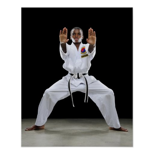 Un muchacho (15 años) en un uniforme del karate co poster