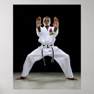 Un muchacho (15 años) en un uniforme del karate póster