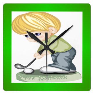 Un muchacho cabelludo rubio que juega a golf reloj cuadrado