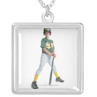 un muchacho caucásico joven está llevando un verde collar plateado