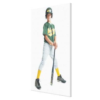 un muchacho caucásico joven está llevando un verde impresiones de lienzo