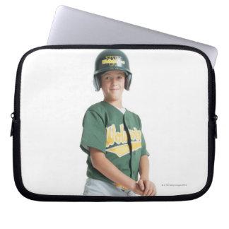 un muchacho caucásico joven está llevando un verde manga portátil