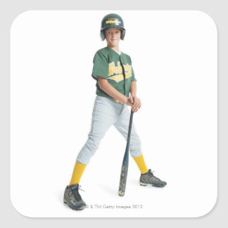 un muchacho caucásico joven está llevando un verde calcomanía cuadrada personalizada