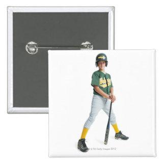 un muchacho caucásico joven está llevando un verde pin cuadrado