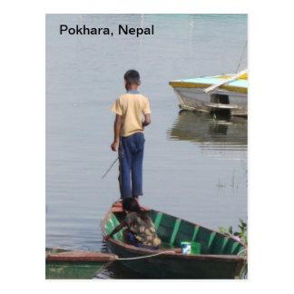 Un muchacho en un barco tarjeta postal