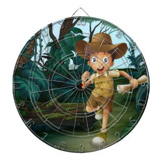 Un muchacho joven en el medio de las maderas tablero de dardos