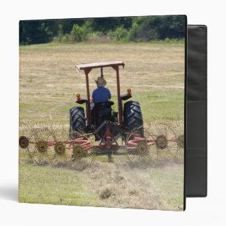 Un muchacho joven que conduce una cosecha del trac