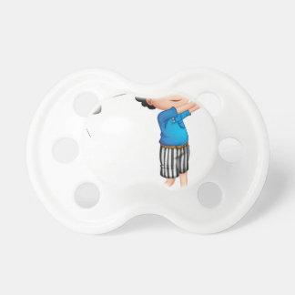 Un muchacho joven que juega a golf chupetes para bebés