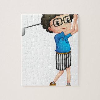 Un muchacho joven que juega a golf rompecabeza con fotos