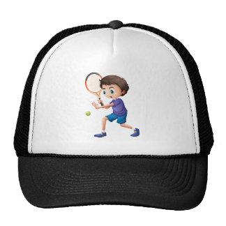 Un muchacho joven que juega a tenis gorras