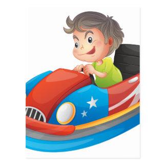 Un muchacho joven que monta un coche de postal