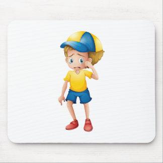 Un muchacho joven que solloza mousepads
