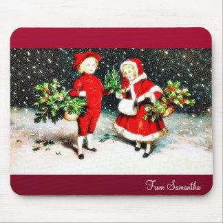 Un muchacho presenta el árbol de navidad a un li v tapete de ratones
