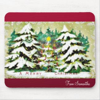 Un muchacho presenta el árbol de navidad a un li v tapete de ratón