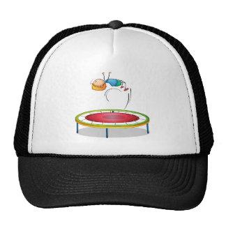 Un muchacho que juega el trampolín gorras de camionero