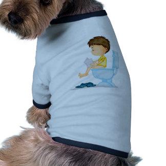 un muchacho que se sienta en cómoda camiseta con mangas para perro