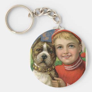 Un muchacho rechoncho y una presentación del perro llavero redondo tipo pin