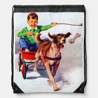 Un muchacho y su carro del perro mochilas