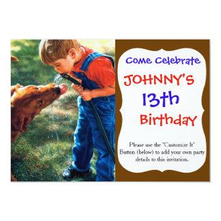 """Un muchacho y su perro riegan la sed de la invitación 5"""" x 7"""""""