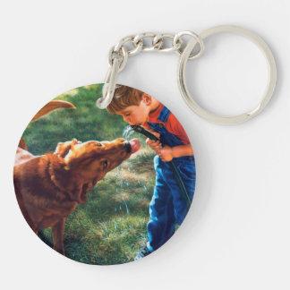 Un muchacho y su perro riegan la sed de la llavero redondo acrílico a doble cara