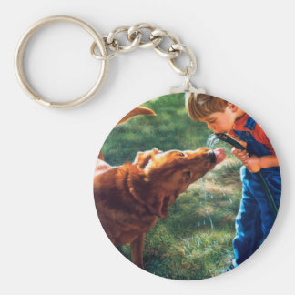 Un muchacho y su perro riegan la sed de la llavero redondo tipo pin