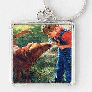 Un muchacho y su perro riegan la sed de la llavero cuadrado plateado