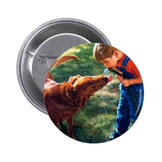 Un muchacho y su perro riegan la sed de la chapa redonda 5 cm