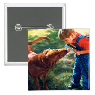 Un muchacho y su perro riegan la sed de la chapa cuadrada 5 cm