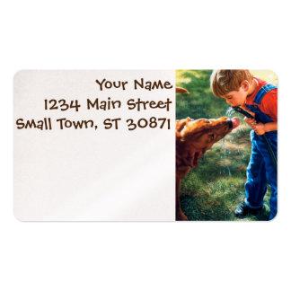 Un muchacho y su perro riegan la sed de la tarjetas de visita