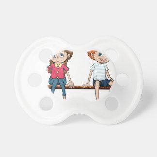 Un muchacho y un chica que se sientan en un banco chupetes para bebes