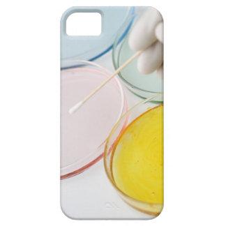 Un muestreo con guantes plástico de la mano del pe iPhone 5 Case-Mate funda