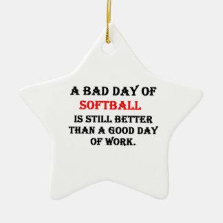 Un mún día de softball adorno navideño de cerámica en forma de estrella