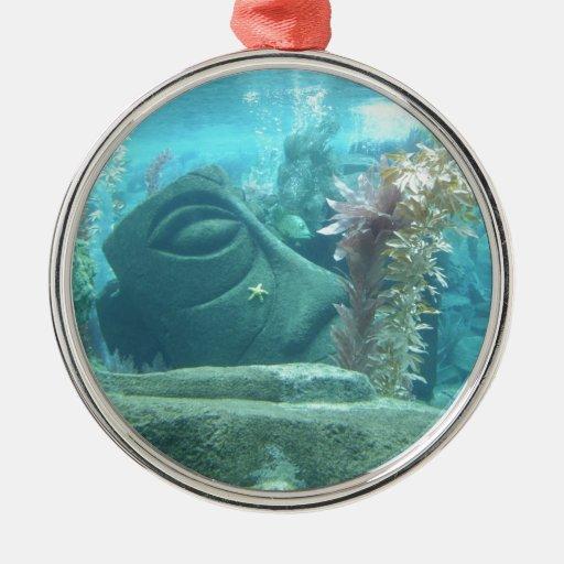 Un mundo subacuático adorno navideño redondo de metal
