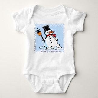 Un muñeco de nieve escarchado mameluco de bebé