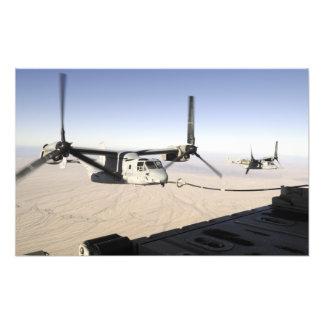 Un MV-22 Osprey reaprovisiona el midflight de Cojinete