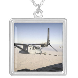 Un MV-22 Osprey reaprovisiona el midflight de Collar Plateado