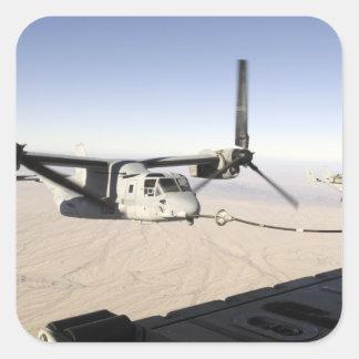 Un MV-22 Osprey reaprovisiona el midflight de Pegatina Cuadrada