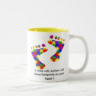 Un niño con autismo dejará huellas ......... taza de café de dos colores
