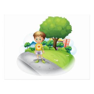 Un niño pequeño en el camino a través de los altos postales