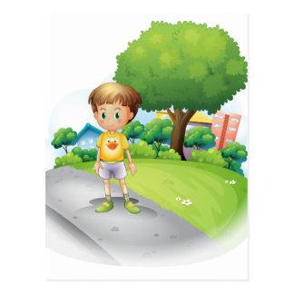 Un niño pequeño en el camino a través de los altos tarjetas postales