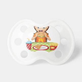Un niño que come en un restaurante de comida chupete de bebé