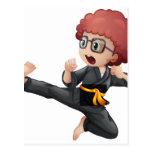 Un niño que hace karate postales